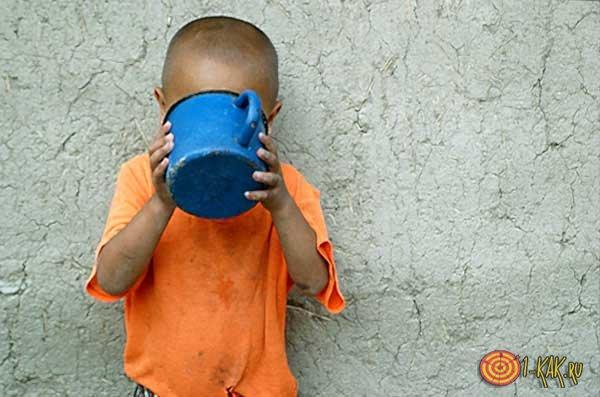 Мальчик пьет вкусную воду