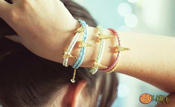 У девушки на левой руке браслеты