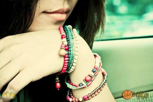На какой руке лучше носить браслет?