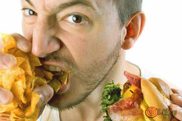 Нервный парень испытывает проблемы с весом