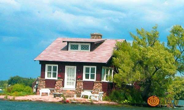 Красивый домик на реке