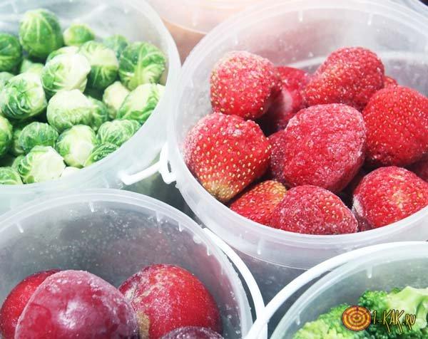 Замороженные ягоды и фрукты в ведерке