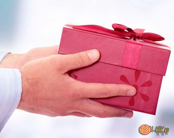 Подарок с красным бантом