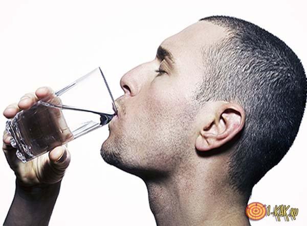Парень пьет воду - пытается избавиться от икоты