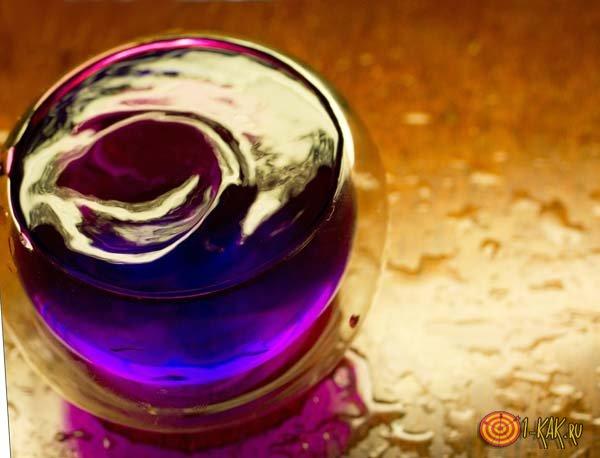 Раствор марганца в стакане