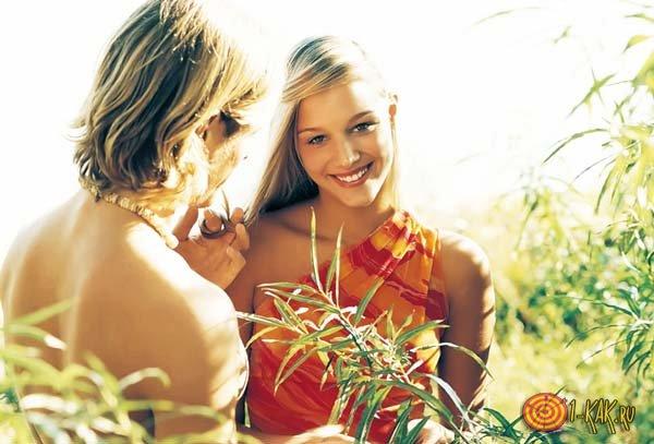 Девушке нравится молодой парень в кустах