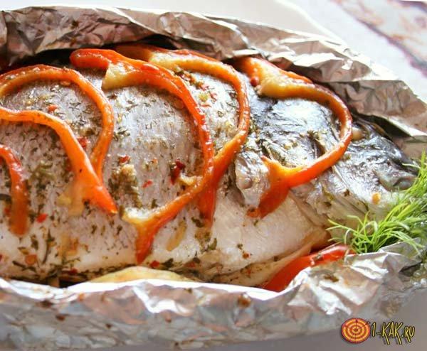 Запеченная рыба с перцем и приправами