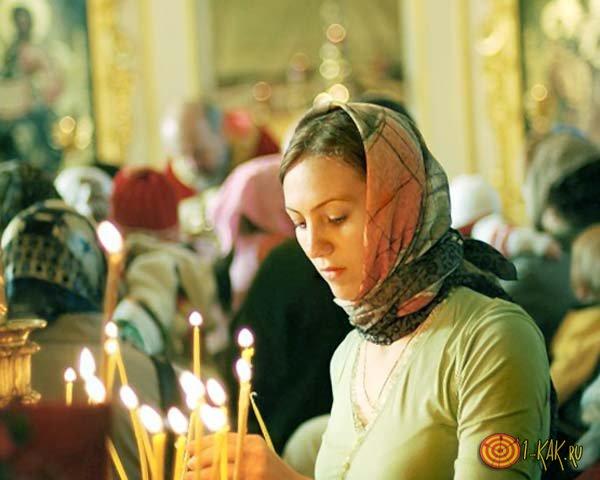 Девушка в церкви во время молитвы
