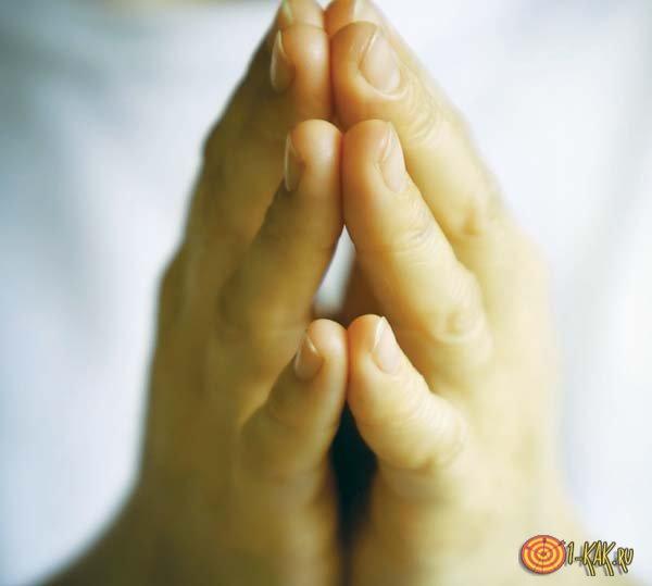 Человек молится Богу и желает здоровья