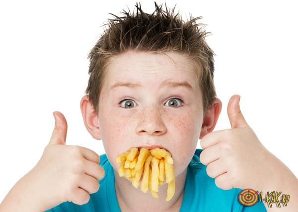 Мальчик кушает картофель-фри