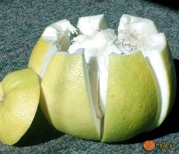 Нарезанный на дольки фрукт