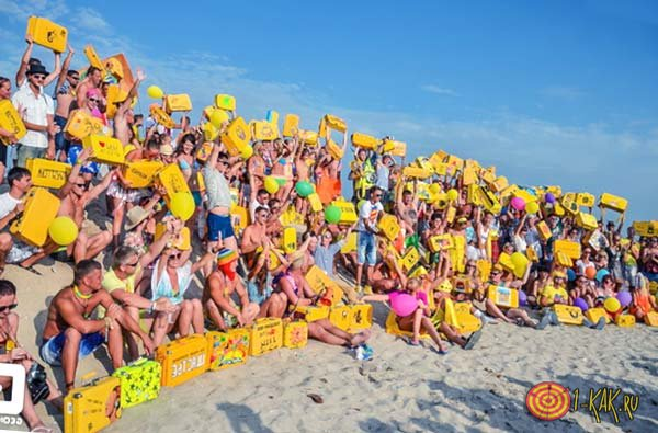 Желтые чемоданы в руках