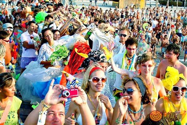 Молодежь на фестивале в Крыму