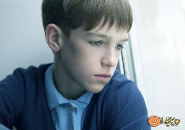 Бывший мальчик грустит у окна