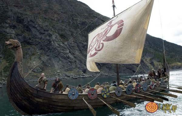 Корабль викингов плывет на север