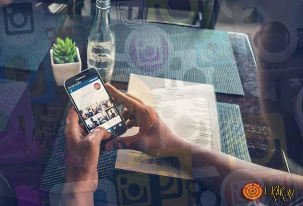 Общается в кафе в соцсети