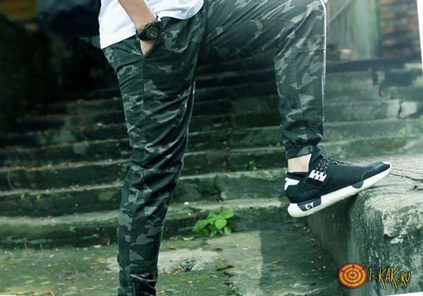 В спортивных штанах и кроссовках