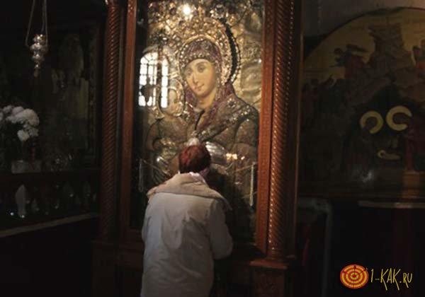 Бабушка молится иконе