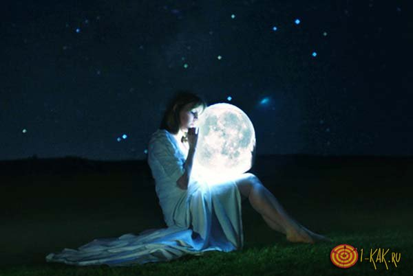 Девушка смотрит на луну