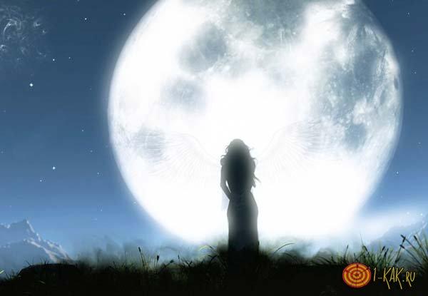Ангел на фоне луны