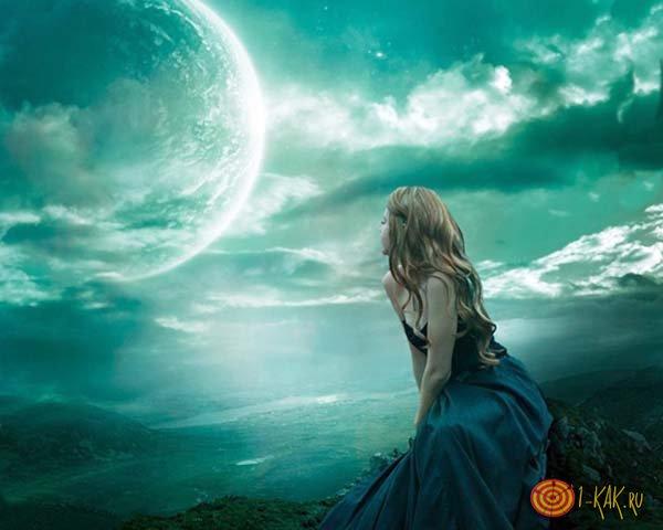 Девушка наблюдает за луной на небе