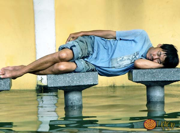 Китаец спит на столбах