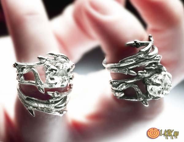 Черные кольца на пальцах