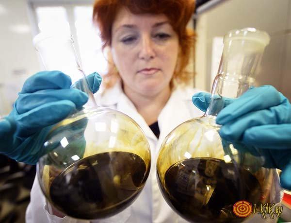 В лаборатории ученый делает из нефти платик