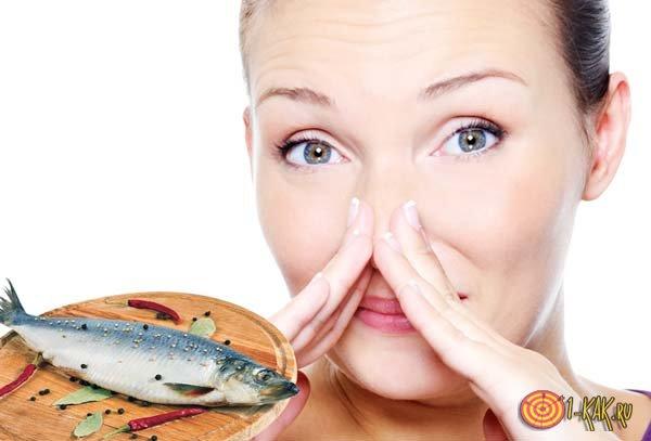 Чувствует неприятный запах рыбы