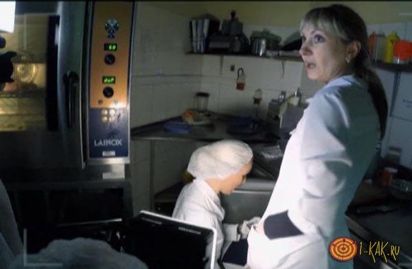 Елена Летучая проврдит проверку кухни