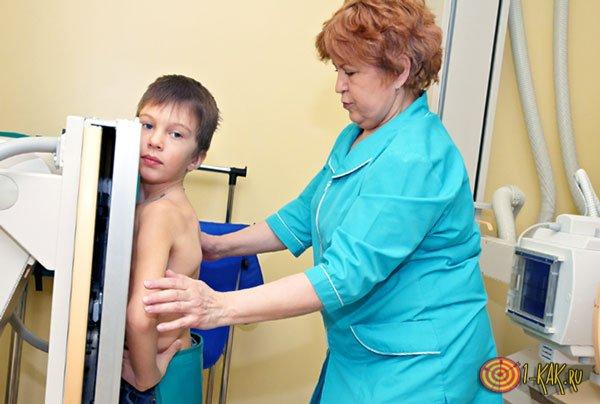 Ребенку проводят исследование врачи