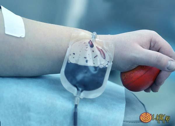 Донор в больнице сдает кровь