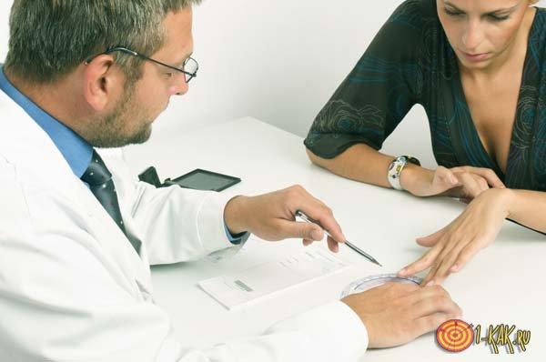 Доктор прописывает лекарства от гепатита
