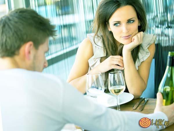 Женщина в ресторане смотрит на мужчине