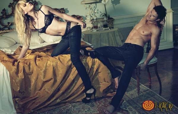 Девушка тащит мужчину в постель