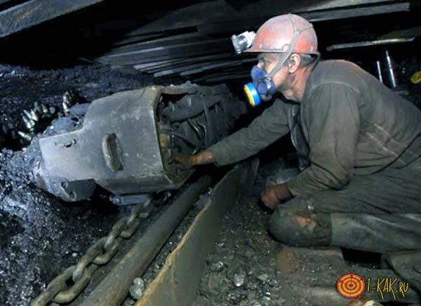 Шахтер добывает каменный уголь