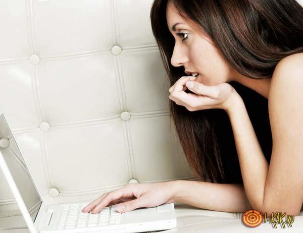 Женщина пытается привлечь внимание в интернете