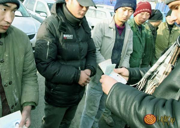 Иностранные граждане проходят паспортный контроль