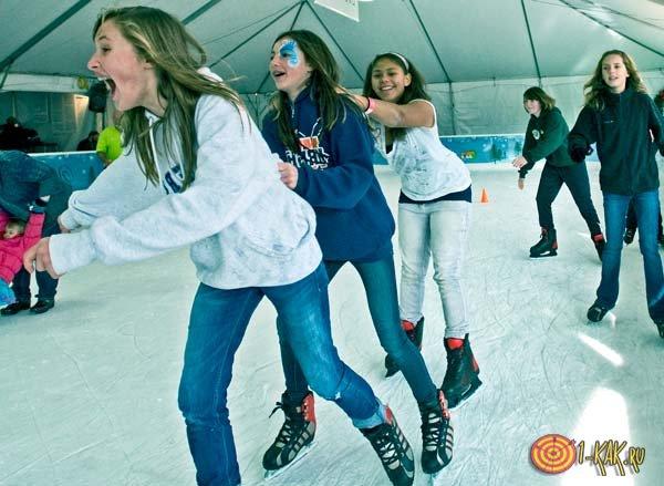 Девочки веселятся на катке
