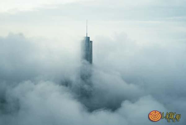 Пик здания, торчащий из облака