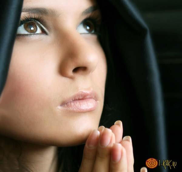 Пытается удержать своего супруга молитвой
