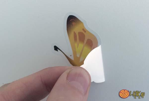 Удаляет наклеенную бабочку с мебели