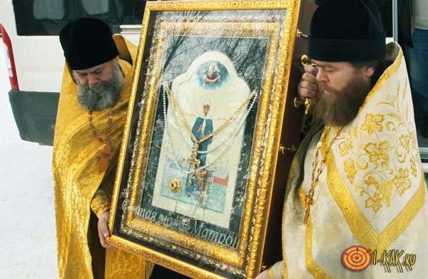 Священники несут икону Матушки Матроны Московской