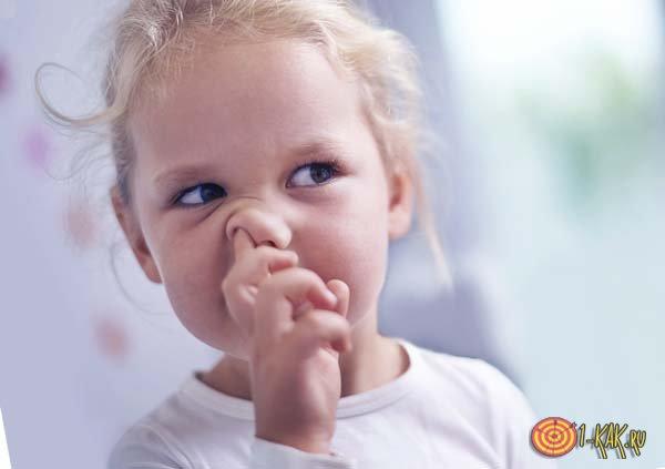 Девочка кушает козявку