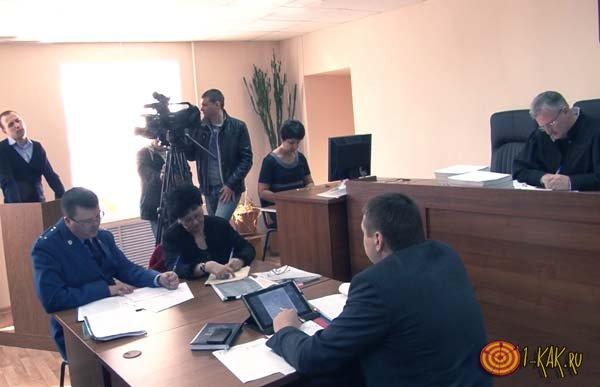 Судья рассматривает видео