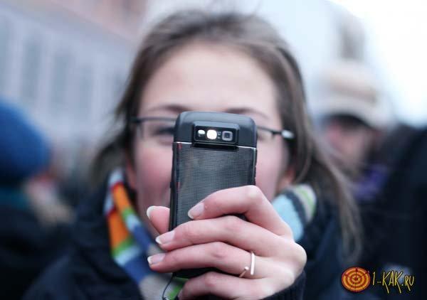 Девушка записывает видео на телефон для доказательства