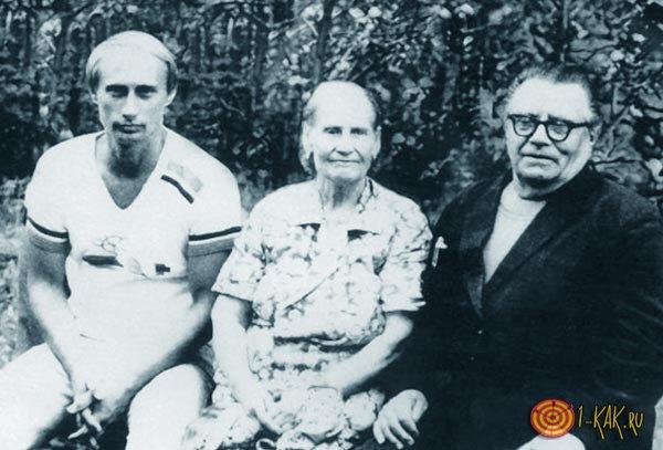 Путин в молодости на лавочке с бабушкой и дедушкой