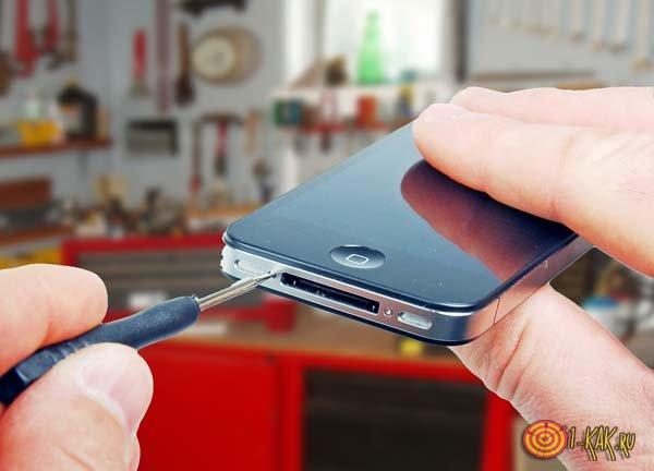 Ремонтирует смартфон самостоятельно