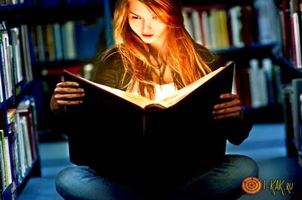 Девушка любит читать в библиотеке