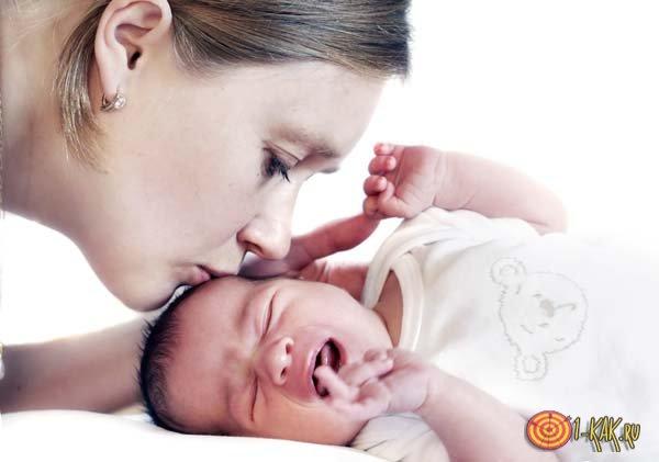 Мать целует заболевшее дитя